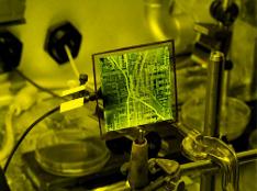 Image d'une carte de circuits imprimés connectée à l'équipement de laboratoire
