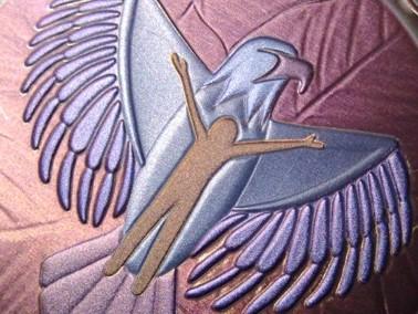 Image d'un bonhomme brun sur un aigle bleu et violet