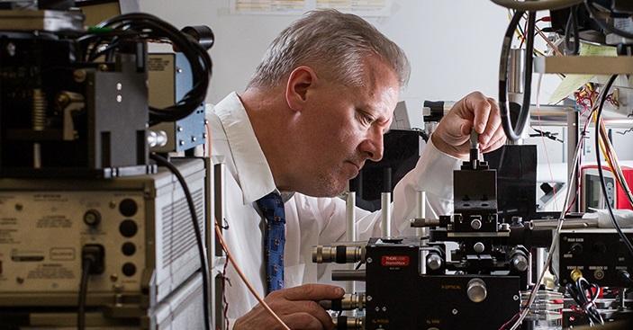 Pierre Berini avec son équipement de recherche