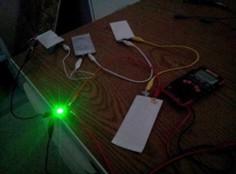 Image des morceaux de papier connecter à des circuits électroniques sur une table
