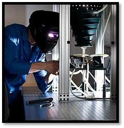 Image d'un chercheur qui complète un test d'une photopile