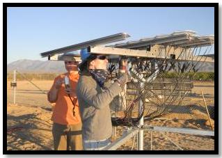 Image de 2 chercheurs qui dirigent un essai de fonctionnement d'un système solaire à Littlerock, Californie
